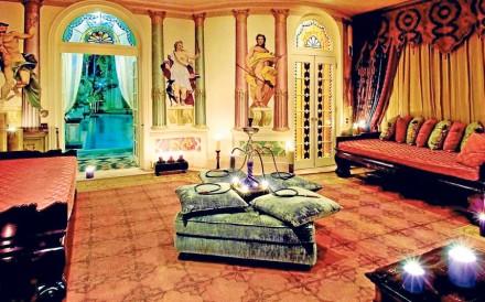 Na casa, há muitos espaços de convivência e relaxamento